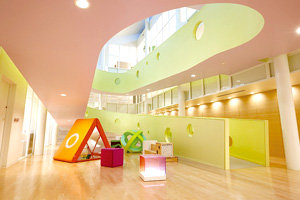 導入園のシンボル的な空間「広場」。「PLAY+soft」が配置されたことにより、色彩豊かでやさしい空間ができあがって、子どもたちや保護者を楽しませている