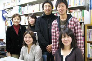 取材に応じてくれた学生たちと大島教授。夢に向かって充実した日々を送っている