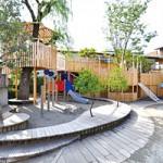 「動」と「静」に気を配った園庭に、どっしりかまえる遊具「トムソーヤ2」。ルールを守り、危険も認識したうえで楽しく遊べる子どもたちを育てる場所