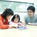 「普段はお父さんの仕事道具であるiPad。『おやこでリズムえほん』を起動すれば家族みんなが笑顔で集まり、コミュニケーションを楽しむ時間が自然に生まれる