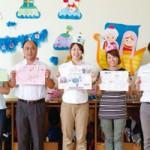 保育室にてオルフィスでつくったお気に入りのカラー印刷物を手に、左から黄金崎先生、青木先生、山本先生、上田先生、渡部先生