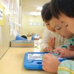 スマートエデュケーションのアプリ「おやこでリズムタップ」を楽しむ園児たち。子どもたちの中で遊び方のルールが自然とできている