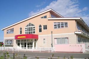 赤いエントランスのマハヤナ幼稚園