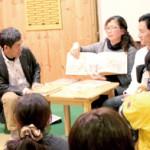 絵本を通して朝鮮の風習を伝える李氏