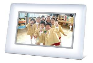 サイズ:幅213×高151×厚32mm(510g) 色:ホワイト 解像度:384,000画素(480×800px) ディスプレイ:7インチ