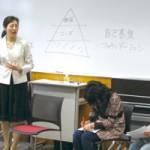講演中の土方さん。教育や福祉に携わってきた経験を活かしクライアントに接する