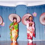 舞踊の師範でもある鈴木園長。お遊戯会では、子どもたちが踊りを披露する