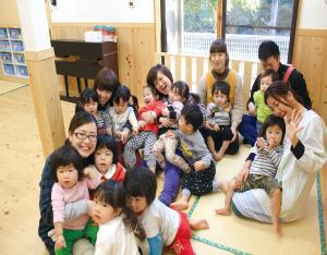 静かな住宅地にある瀬名おひさまの森保育園。家と変わらない空間にすることで、子どもたちは伸び伸びと自然体で過ごす。左手前が梅田園長