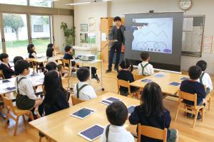 """はじめての授業にドキドキ・ソワソワする気持ちを落ち着かせながら、手を膝に置いて、""""しゅう先生""""の話に耳を傾けるふじ組の子どもたち"""