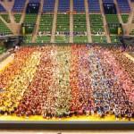 7月に有明コロシアムで開催したJPホールディングスグループの大運動会。総勢2,054名が参加し、チーム対抗で競技や応援合戦で盛り上がった。
