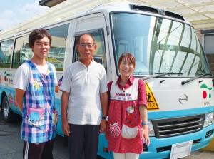 鈴木二朗園長(中央)と鈴木拓朗副園長(左)が中心となって、毎日のバスの運行管理や一斉メール配信による保護者へのこまやかな連絡を行っている