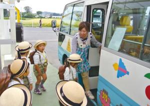 園内のバス乗り場は靴箱から直通