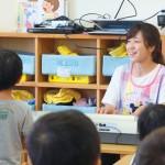 子どもたちと一緒に歌う稲垣沙織先生。総合企画室の立場で子どもたちの成長と向き合いながら、試行錯誤をして保育・教育の計画を立てている。