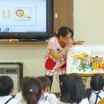 英語の神谷先生が抑揚をつけて英語で子どもたちに話しかける。セサミストリートの映像や絵本が園児たちの好奇心を刺激し、園児は集中して取り組む
