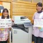 オルフィスでプリントしたカラーのおたよりを手に、左から牧野 智美先生、柴田 和先生。カラー品質と印刷のスピード、使いやすさに大満足している