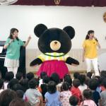 ジャッキーと一緒に歌って踊り、園児たちは大興奮!